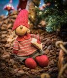 Het glimlachen van Kerstmisstuk speelgoed bij de marktplank Royalty-vrije Stock Foto's