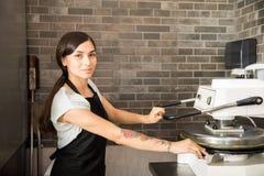 Het glimlachen van machine van de chef-kok de dringende deegbereiding in keuken royalty-vrije stock foto's
