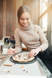 Het glimlachen van pastei van de vrouwen de kokende vakantie in keuken Stock Fotografie