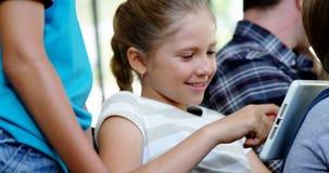 Het glimlachen van schooljonge geitjes gebruikend digitale tablet in klaslokaal stock footage