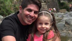 Het Glimlachen van vaderand toddler daughter stock videobeelden