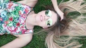 Het glimlachen van vrij het Jonge Vrouw Liggen op de Grassen stock footage