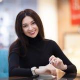Het glimlachen van vrouw het drinken koffie in koffie Portret van mooie gelukkige modieuze vrouw Manierlevensstijl royalty-vrije stock fotografie