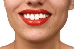 Het glimlachen van vrouwenmond met grote witte tanden stock foto's