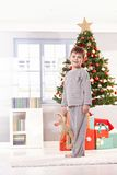 Het glimlachen van weinig jong geitje op Kerstmisochtend Stock Foto