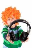 Het glimlachen van weinig jongen die aan muziek in headphon luistert Stock Fotografie