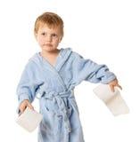 Het glimlachen van weinig jongen die zich met broodje van toilet bevinden Stock Fotografie