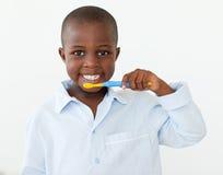 Het glimlachen van weinig jongen die zijn tanden borstelt Stock Foto