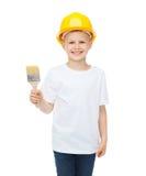 Het glimlachen van weinig jongen in helm met verfborstel Royalty-vrije Stock Afbeeldingen