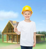 Het glimlachen van weinig jongen in helm met verfborstel Royalty-vrije Stock Afbeelding