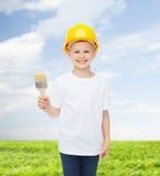 Het glimlachen van weinig jongen in helm met verfborstel Royalty-vrije Stock Fotografie