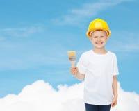 Het glimlachen van weinig jongen in helm met verfborstel Royalty-vrije Stock Foto