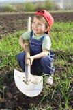 Het glimlachen van weinig jongen met grote schop Royalty-vrije Stock Afbeeldingen