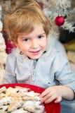 Het glimlachen van weinig jongen met Kerstmiskoekjes Royalty-vrije Stock Foto's
