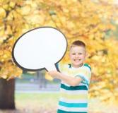 Het glimlachen van weinig jongen met lege tekstbel Stock Afbeeldingen