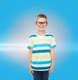 Het glimlachen van weinig jongen in oogglazen Royalty-vrije Stock Afbeelding