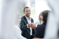 Het glimlachen van zakenman het schudden handen met een partner royalty-vrije stock foto