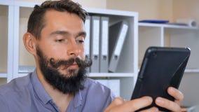 Het glimlachen van zakenman het scrollen het aanrakingsscherm die app gebruiken stock footage