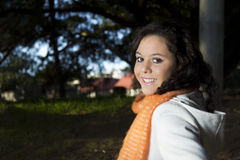 Het glimlachen vrolijke vrouwelijke modelbuitenkant Royalty-vrije Stock Fotografie
