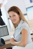 Het glimlachen vrouw het aanwezig zijn commerciële klasse stock afbeeldingen