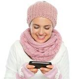 Het glimlachen vrouw het schrijven tekstbericht Stock Foto's