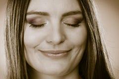 Het glimlachen vrouwengezicht met gesloten ogen, meisjesdagdromen Royalty-vrije Stock Afbeelding