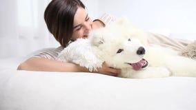 Het glimlachen vrouwenspel met huisdierenhond