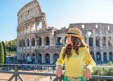 Het glimlachen vrouwentoerist het ontspannen dichtbij Colosseum in Rome in de zomer stock foto