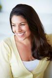 Het glimlachen Vrouwenzitting op Bank royalty-vrije stock afbeelding