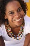 Het glimlachen in wit Stock Fotografie