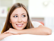 Het glimlachen womans gezicht dat weg eruit ziet Stock Foto's