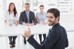 Het glimlachen zakenman het geven beduimelt omhoog Royalty-vrije Stock Foto's