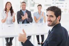 Het glimlachen zakenman het geven beduimelt omhoog Stock Foto's