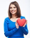 Het glimlachende jonge rode hart van de vrouwengreep, Valentine-dagsymbool Meisje Stock Afbeelding