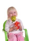 Het glimlachende kind eet peper Stock Afbeeldingen
