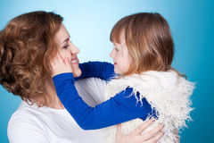 Het glimlachende kind en mamma omhelzen Royalty-vrije Stock Afbeeldingen