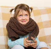 Het glimlachende kind kleedde zich in warme sjaal Royalty-vrije Stock Afbeelding