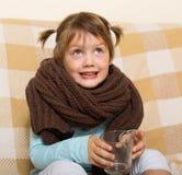 Het glimlachende kind kleedde zich in warme sjaal Stock Afbeeldingen