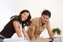 Het glimlachende man en vrouwen werken Stock Fotografie