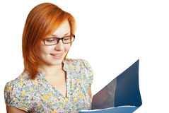 Het glimlachende meisje kijkt in blauwe omslag stock fotografie