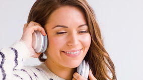 Het glimlachende Meisje luistert Muziek stock videobeelden