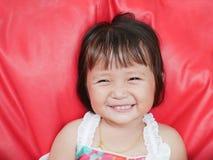 Het glimlachende Meisje met iets stucking in tanden stock afbeeldingen