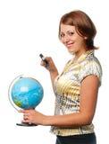 Het glimlachende meisje onderzoekt de bol stock afbeelding