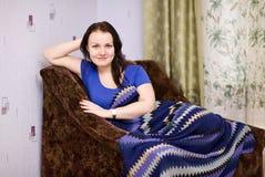 Het glimlachende meisje ontspant thuis Royalty-vrije Stock Foto's