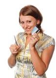 Het glimlachende meisje snijdt een creditcard stock afbeeldingen