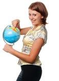 Het glimlachende meisje toont op de bol royalty-vrije stock fotografie