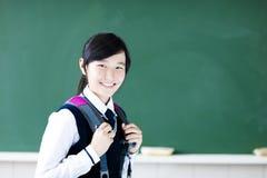 Het glimlachende meisje van de tienerstudent in klaslokaal stock fotografie