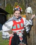 Het glimlachende meisje in volkskostuum Royalty-vrije Stock Afbeeldingen