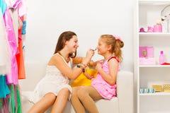 Het glimlachende meisje zet samenstelling op haar vriend Royalty-vrije Stock Foto