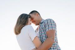Het glimlachende paar, de bodemmening royalty-vrije stock afbeeldingen